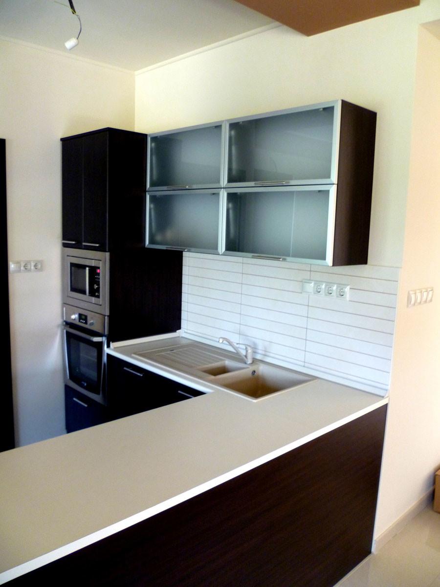 Modern konyhabútor wenge - bézs felülettel, félszigettel, felnyíló ajtóval, beépített gépekkel