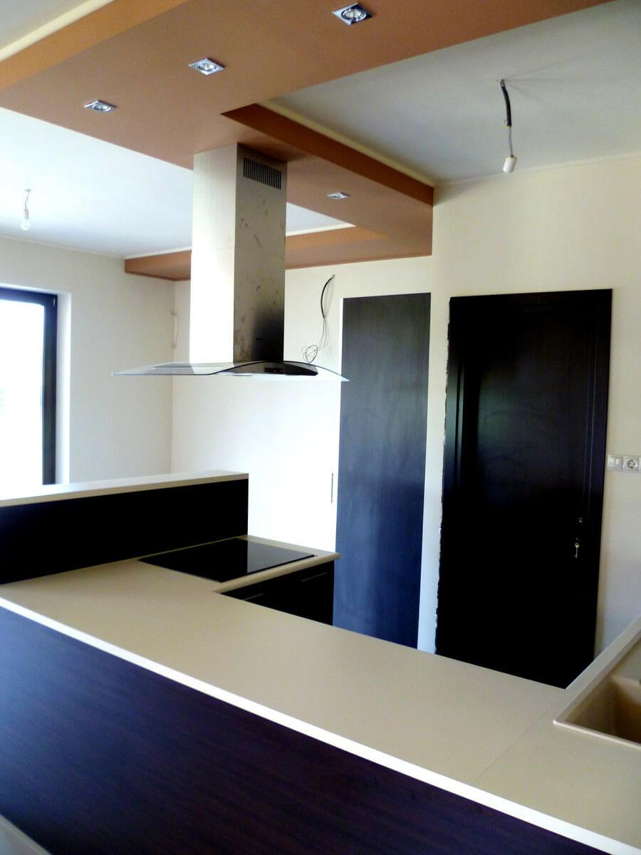 Modern konyhabútor wenge - bézs felülettel félszigettel felnyíló ajtóval, sziget-páraelszívóval