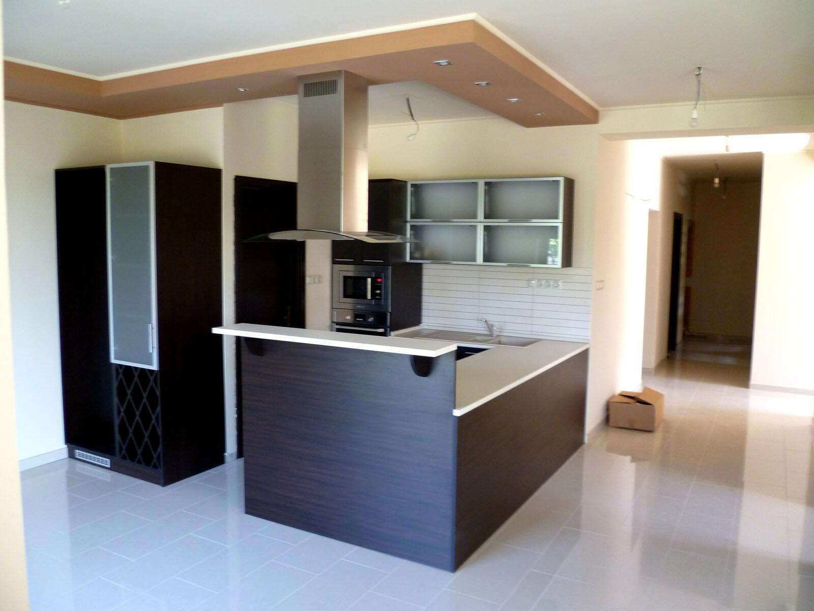 Modern konyhabútor wenge - bézs felülettel, félszigettel, felnyíló ajtóval