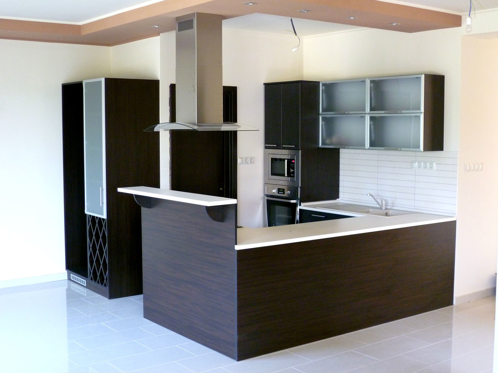Modern konyhabútor wenge - bézs felülettel, félszigettel