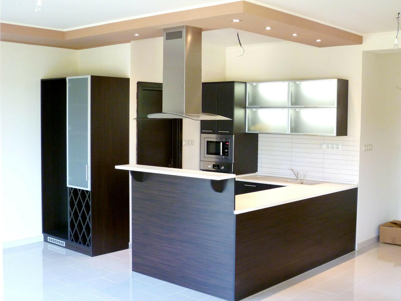 Modern konyhabútor wenge - bézs felülettel, rejtett világítással