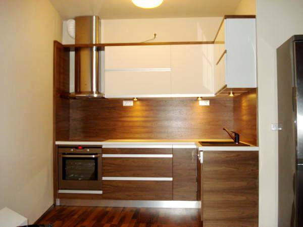 egyedi-dio-konyhabutor-keszites-magasfenyu-feher-akril-felso-elemekkel-spo-vilagitassal