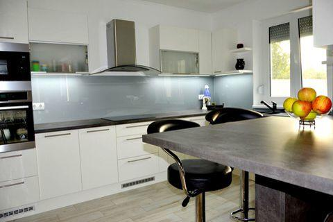 modern-egyedi-konyhabutor-feher-szurke-szinbe-uveghatlappal-rejtett-led-vilagitassal