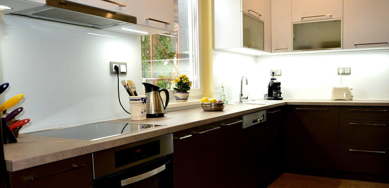 modern-konyhabutor-led-vilagitassal-uveghatlappal