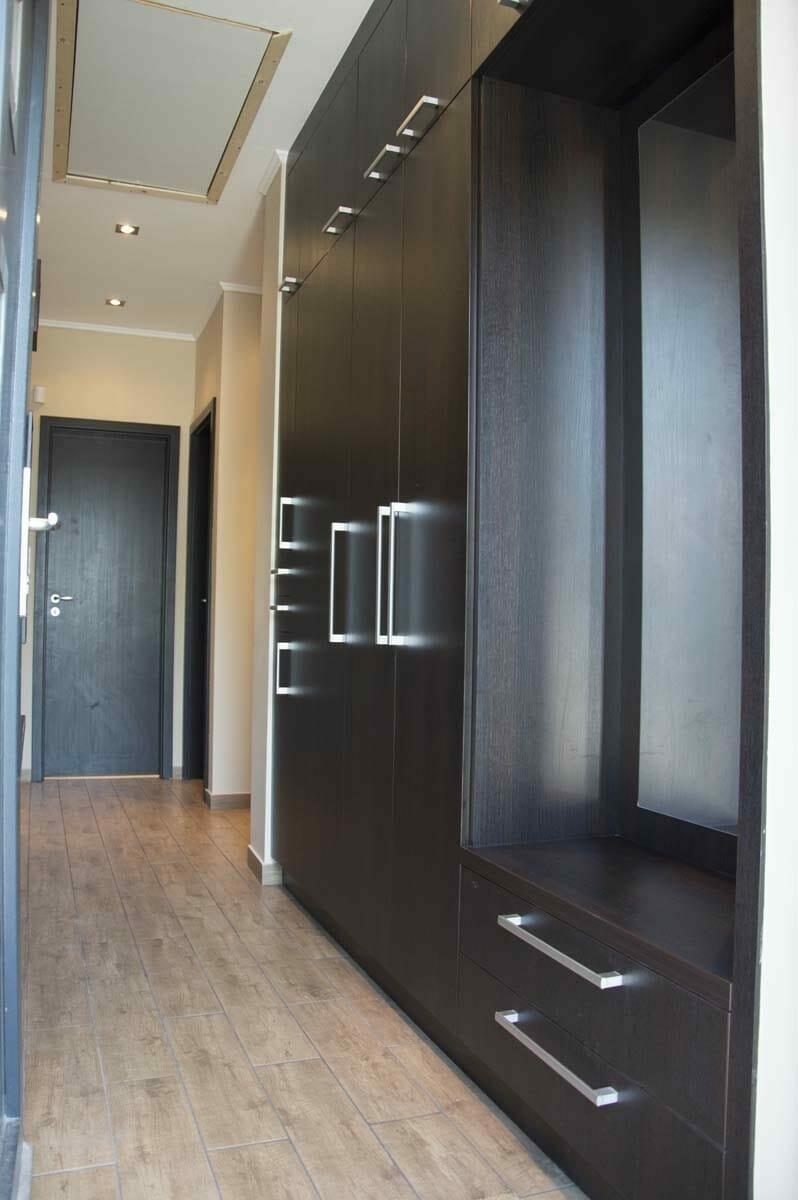 Egyedi előszobai beépített szekrény fali polcos - akasztós elemmel. Modern fogantyúkkal és kivitelbe, fali tükörrel