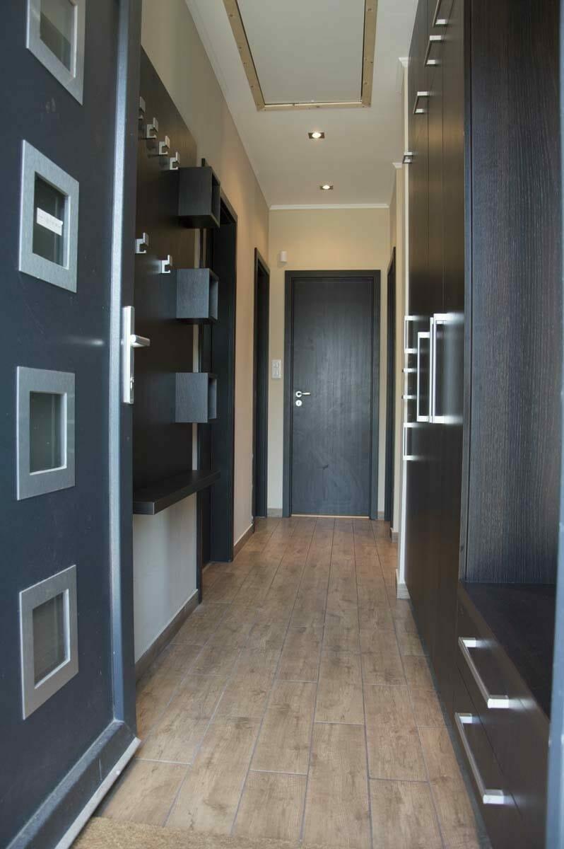 Egyedi előszobai beépített szekrény fali polcos - akasztós elemmel. Modern fogantyúkkal és kivitelbe