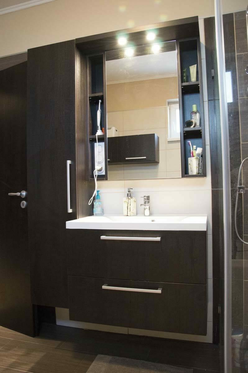 Egyedi fürdőszoba bútor készítés, lebegő pulttal, spotlámpa világítással