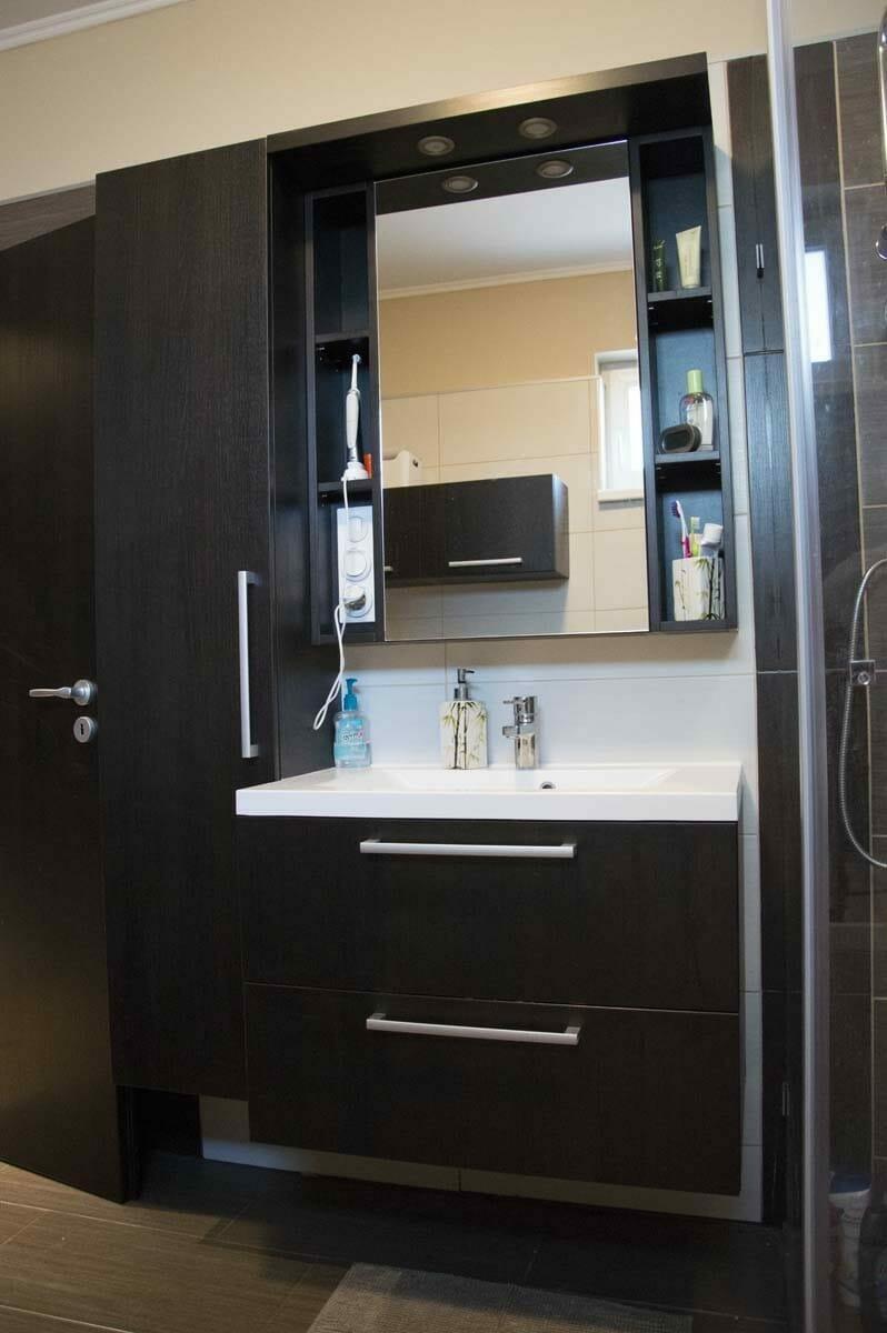 Egyedi fürdőszoba bútor készítés, lebegő pulttal, spotlámpa világítással. Tükör mögötti szekrénnyel