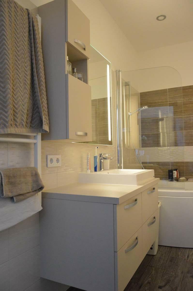 Egyedi fürdőszoba bútor készítés lebegő pulttal rejtett led világításos tükörrel