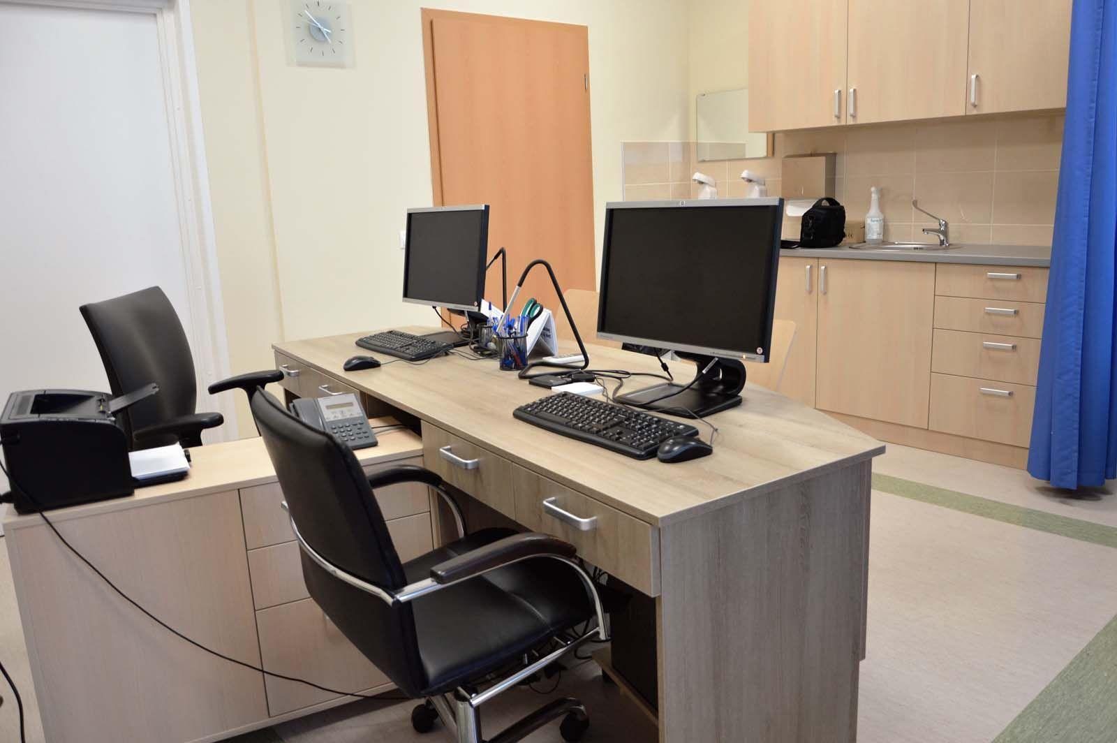 Egyedi íróasztal készítés orvosi rendelőbe