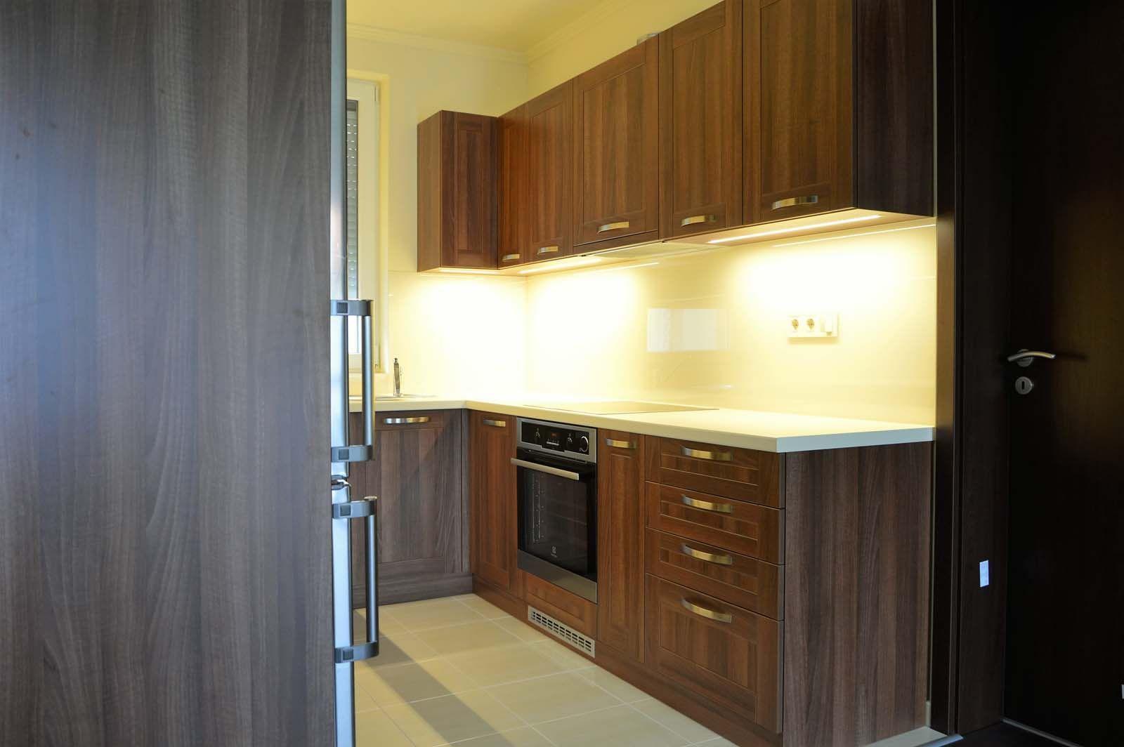 Egyedi konyhabútor készítés dió - bézs színben üveghátlappal, rejtett LED világítással alsó - felső elemekkel