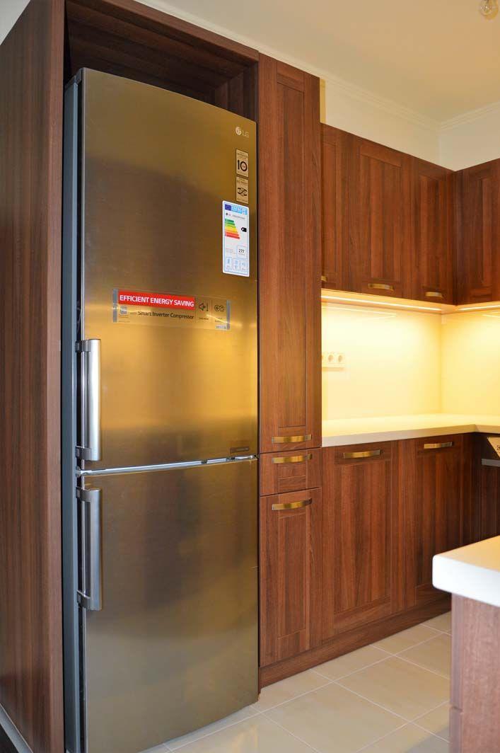 Egyedi konyhabútor készítés dió - bézs színben, üveghátlappal rejtett LED világítással, hűtő takarással, modern kivitelben