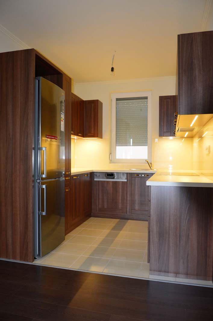 Egyedi konyhabútor készítés üveghátlappal, rejtett LED világítással U-alakban, hangulatos színekkel