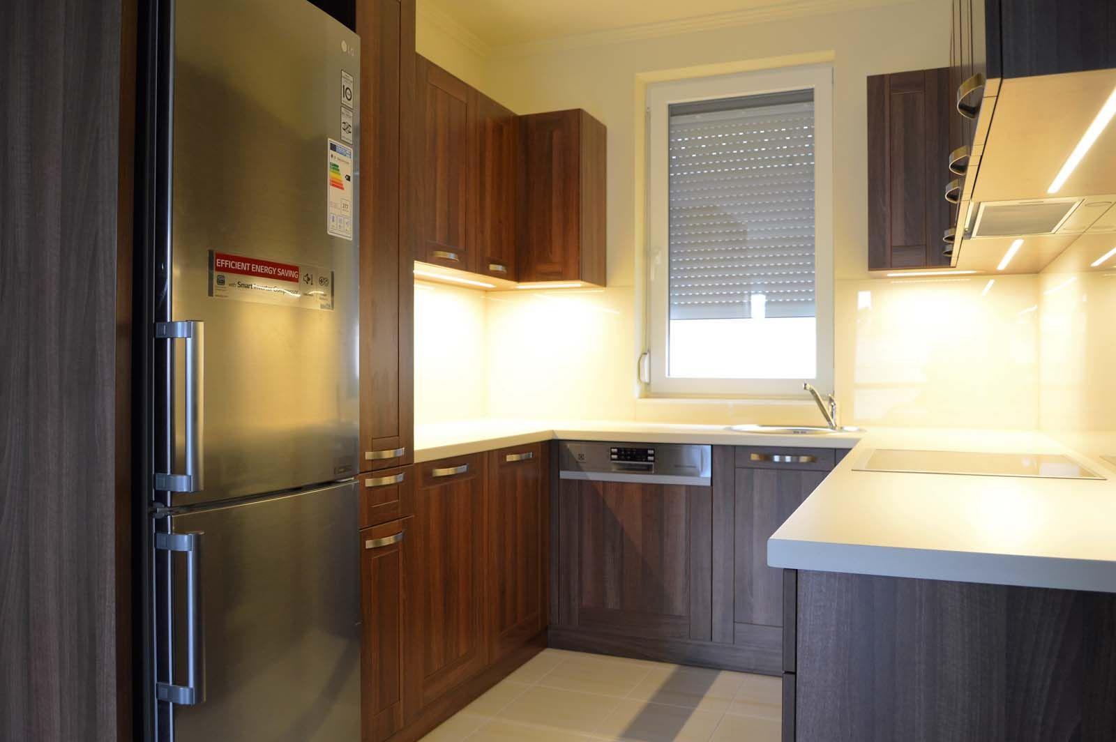 Egyedi konyhabútor készítés dió - bézs színben üveghátlappal, rejtett LED világítással, U-alakban