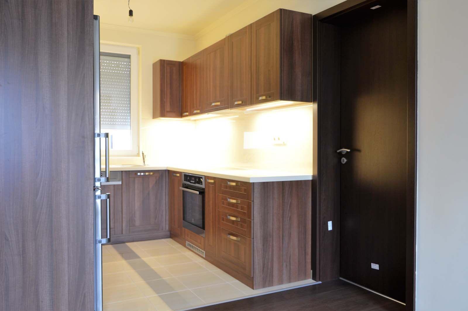Egyedi konyhabútor készítés dió - bézs színben üveghátlappal, rejtett LED világítással