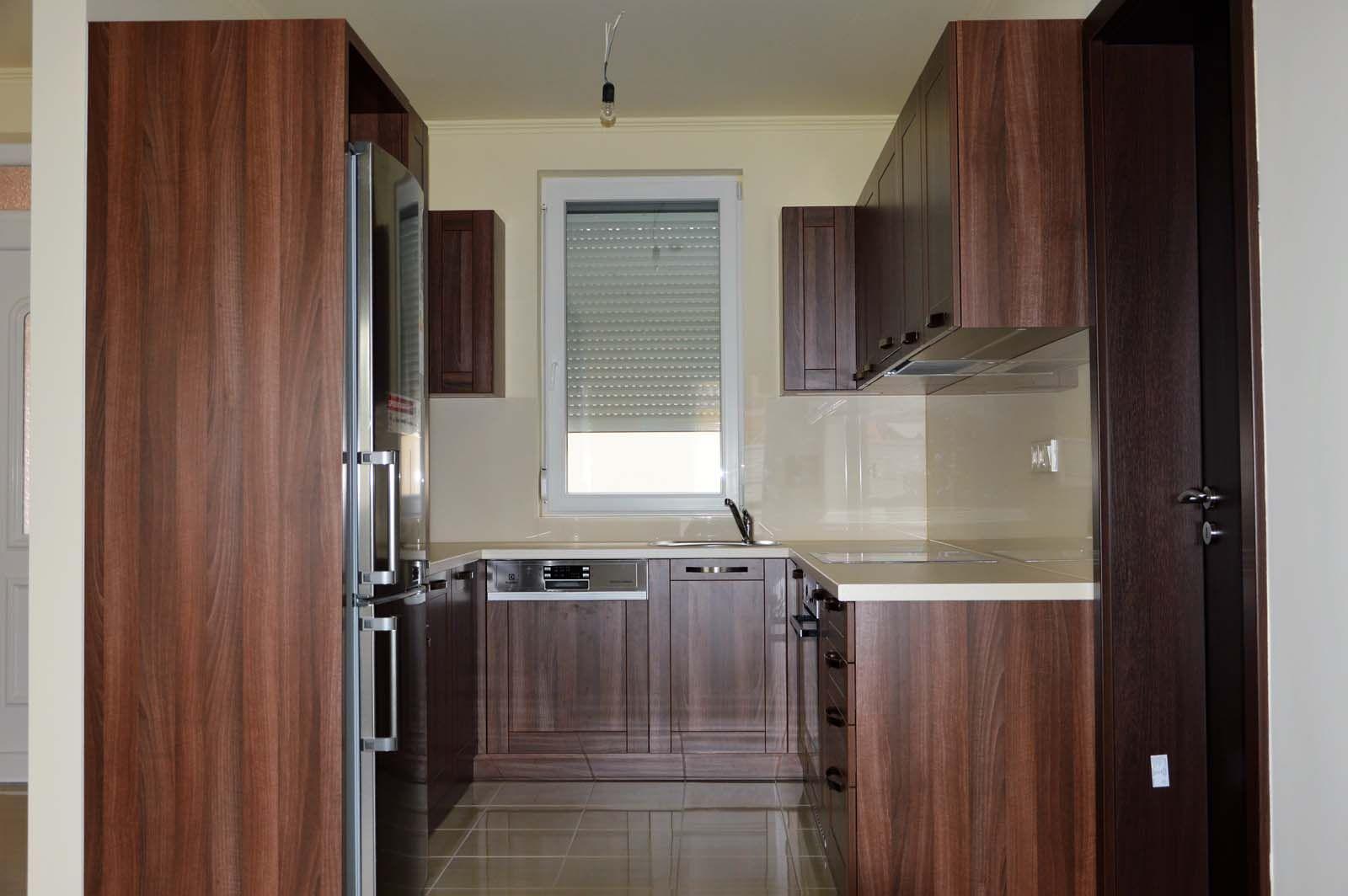 Egyedi konyhabútor készítés dió - bézs színben üveghátlappal