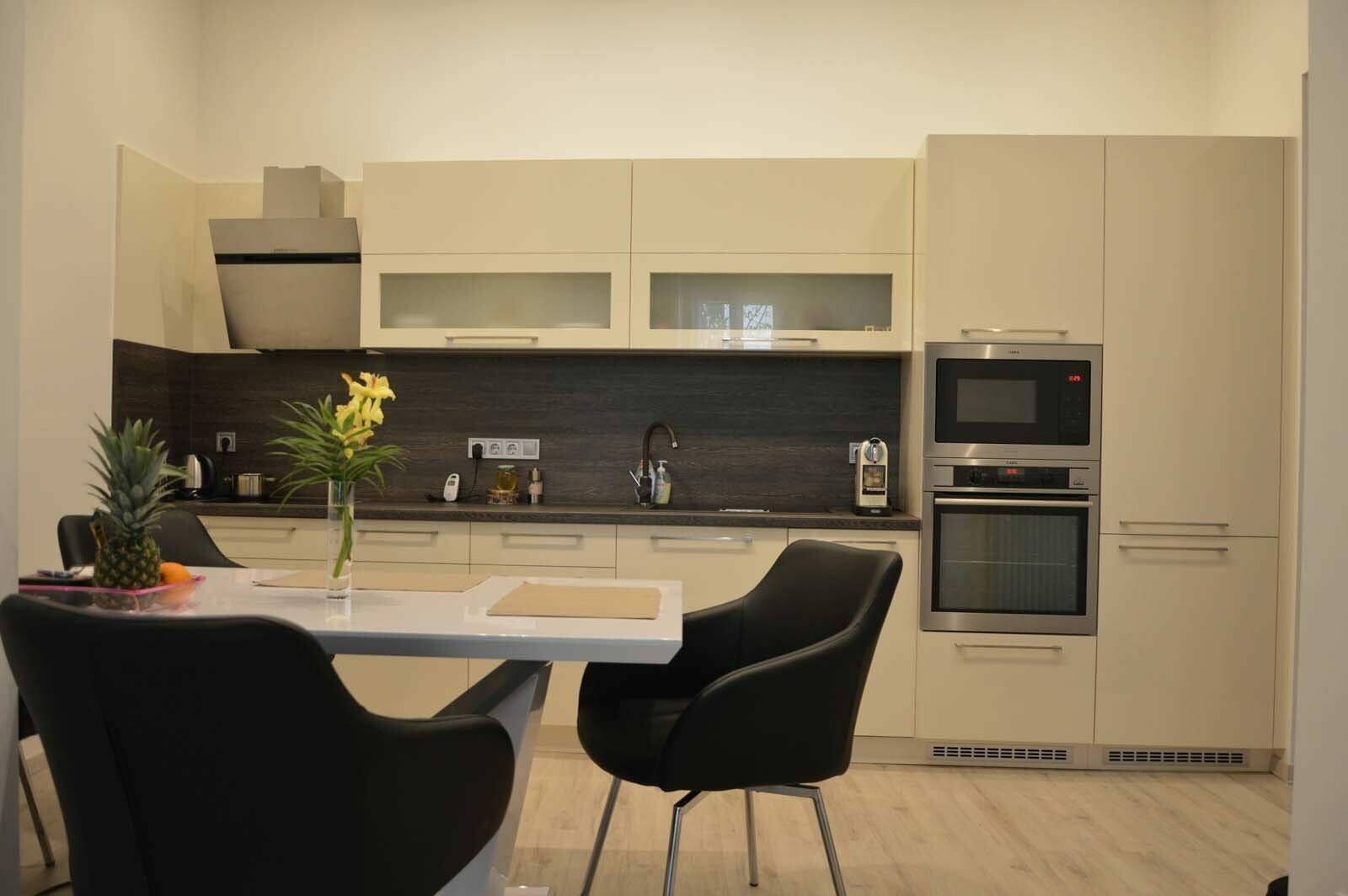 Egyedi konyhabútor készítés egyenes falra rejtett led világítással a felső elemek aljába blum aventos hf felnyíló vasalattal beépített konyhai gépekkel