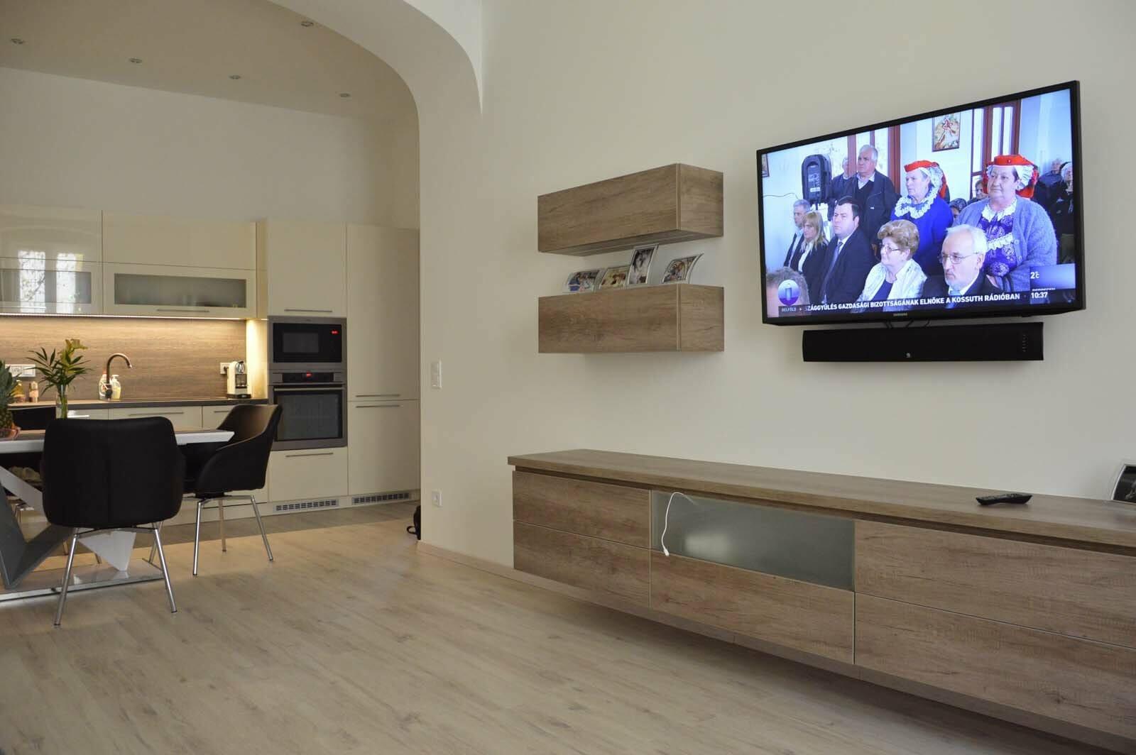 Egyedi konyhabútor készítés egyenes falra rejtett led világitással a felső elemek aljába blum aventos hf felnyiló vasalattal egy légtérbe a nappali bútorral