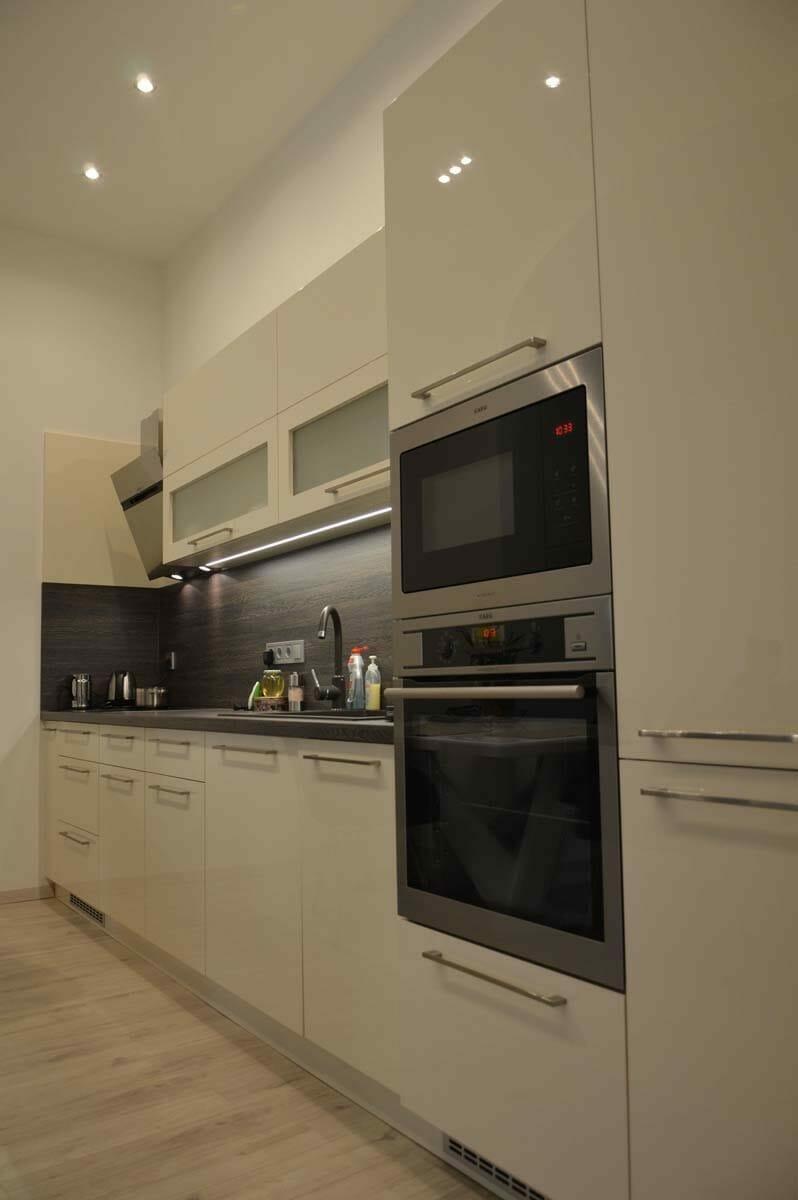 Egyedi konyhabútor készítés egyenes falra rejtett led világítással a felső elemek aljába blum aventos hf felnyíló vasalattal munkalap anyagából hátlappanellel