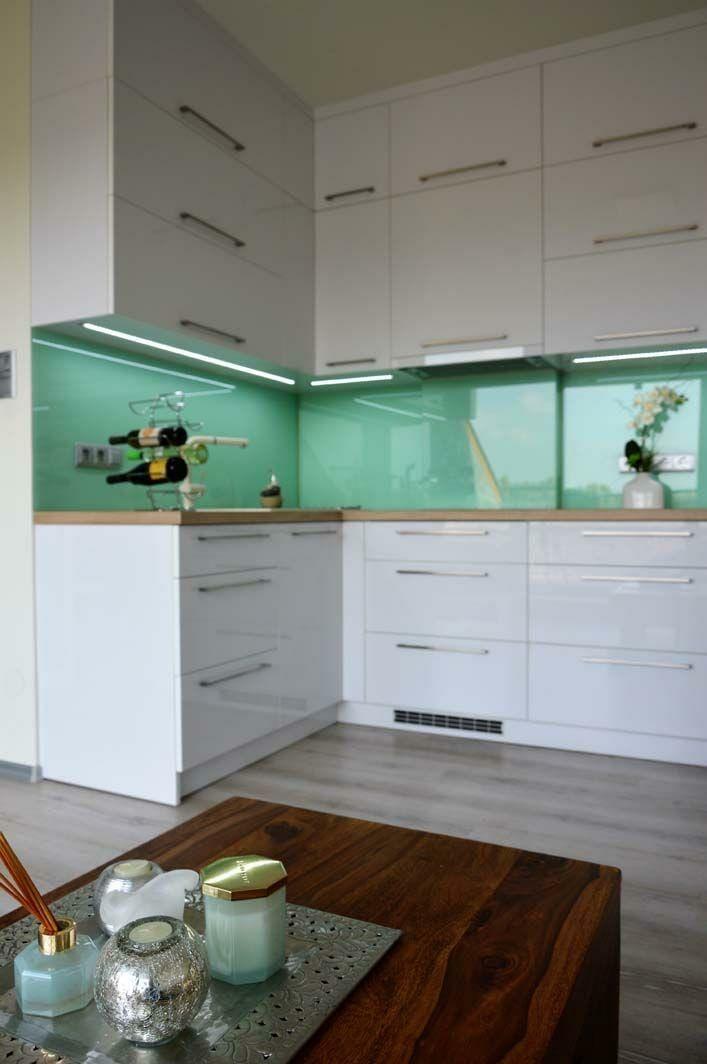 Egyedi konyhabútor készítés magasfényű akril felületű bútorlapból üveghátlappal, rejtett LED világítással, kis lakásba