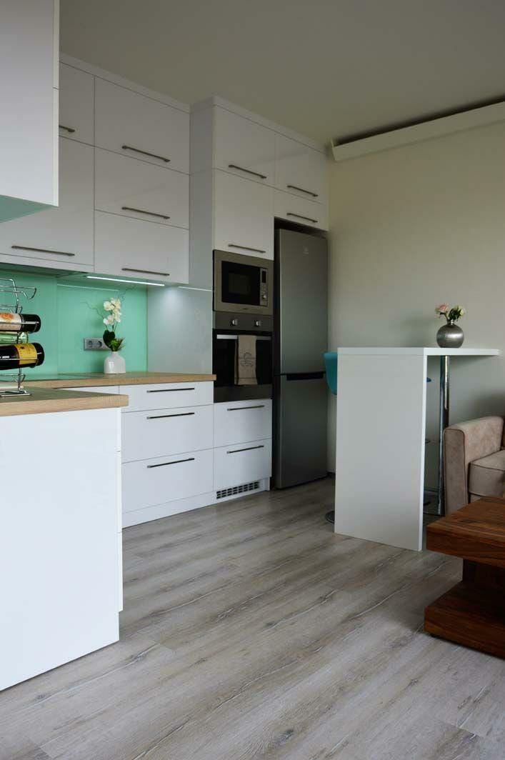 Egyedi konyhabútor készítés magasfényű akril felületű bútorlapból, üveghátlappal, rejtett LED világítással, modern kivitelbe