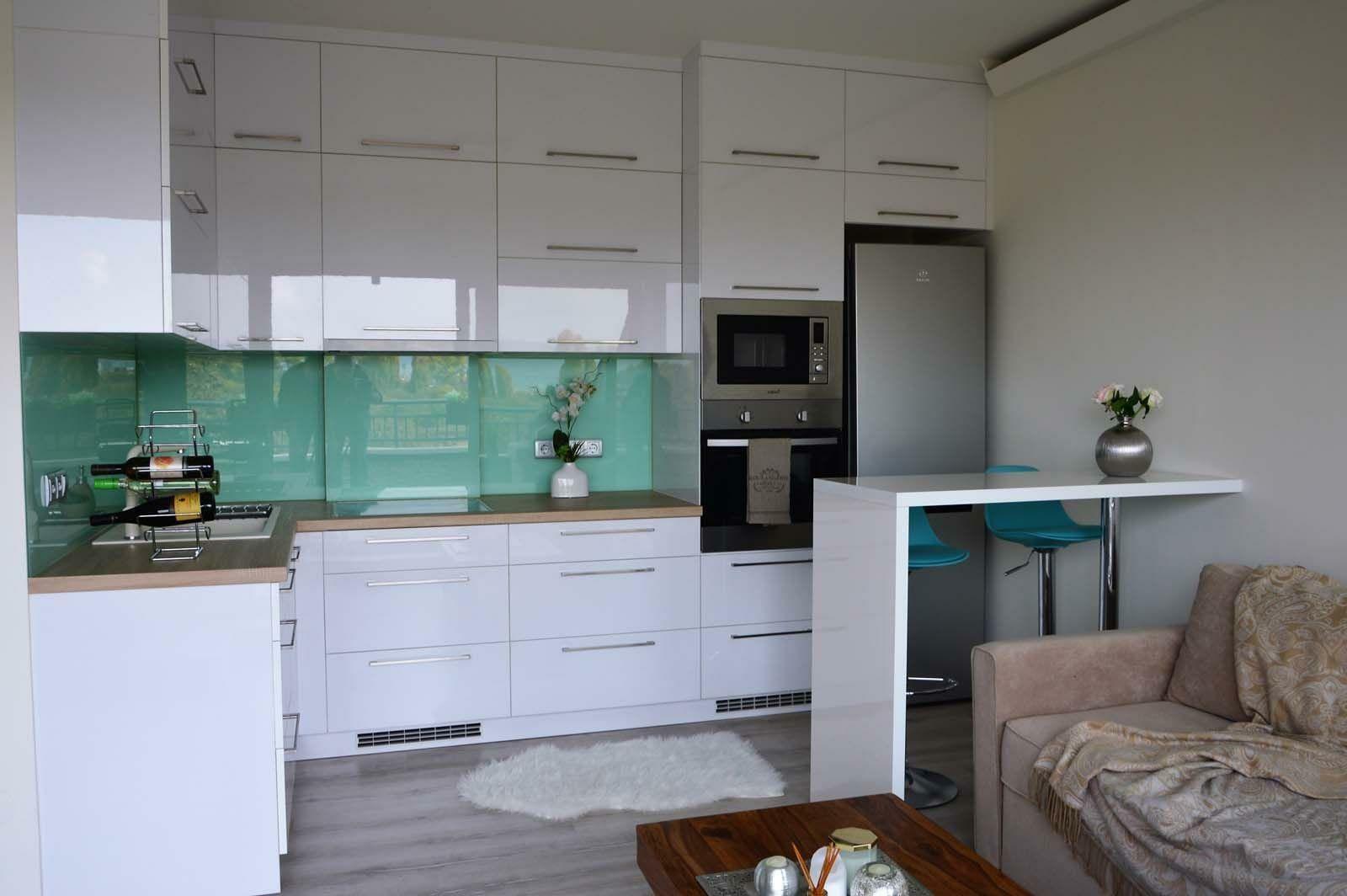 Egyedi konyhabútor készítés magasfényű akril felületű bútorlapból, üveghátlappal, rejtett LED világítással
