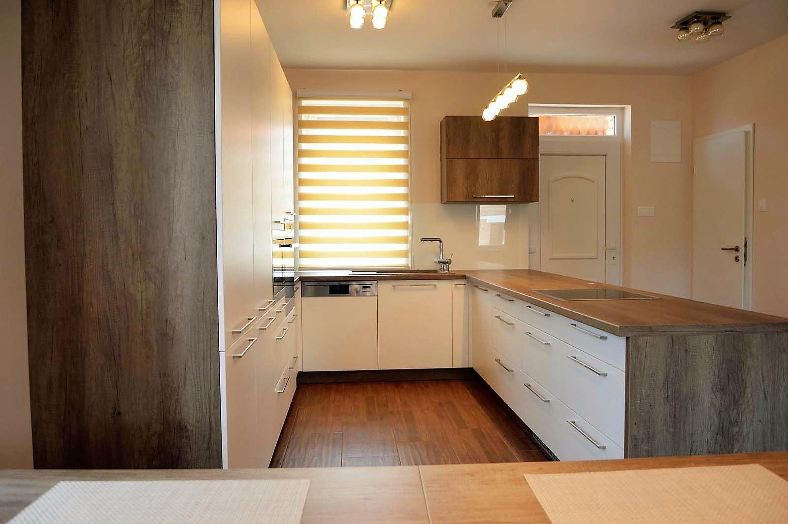 Egyedi konyhabútor készítés szigetrésszel, rejtett LED világítással üveghátlappal, beépített konyhai gépekkel