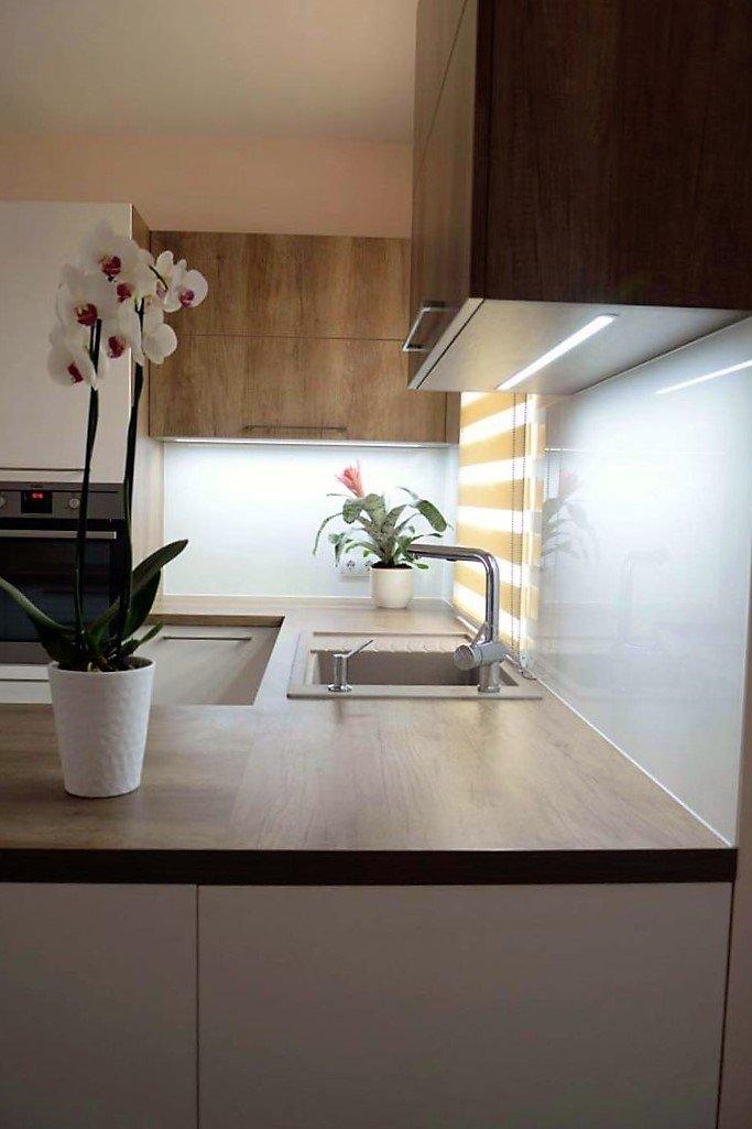Egyedi konyhabútor készítés szigetrésszel, rejtett LED világítással üveghátlappal, blaco mosogatótálcával