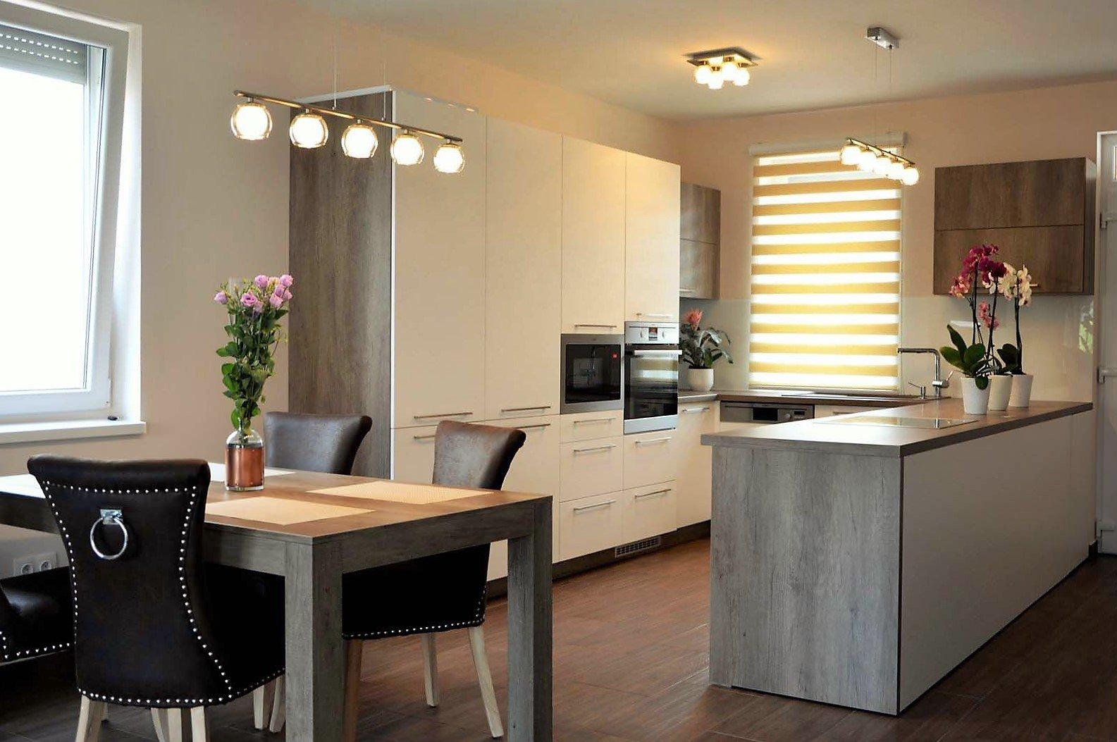 Egyedi konyhabútor készítés szigetrésszel, rejtett LED világítással, üveghátlappal étkezőasztallal