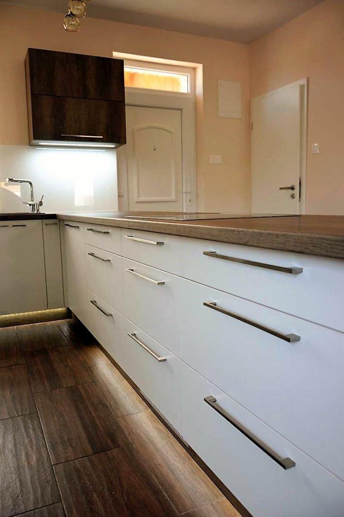 Egyedi konyhabútor készítés szigetrésszel, rejtett LED világítással, üveghátlappal, fiókokkal