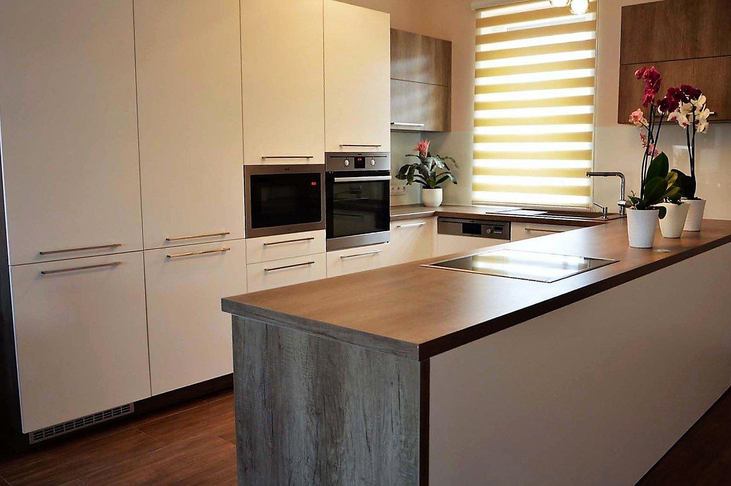 Egyedi konyhabútor készítés szigetrésszel, rejtett LED világítással, üveghátlappal
