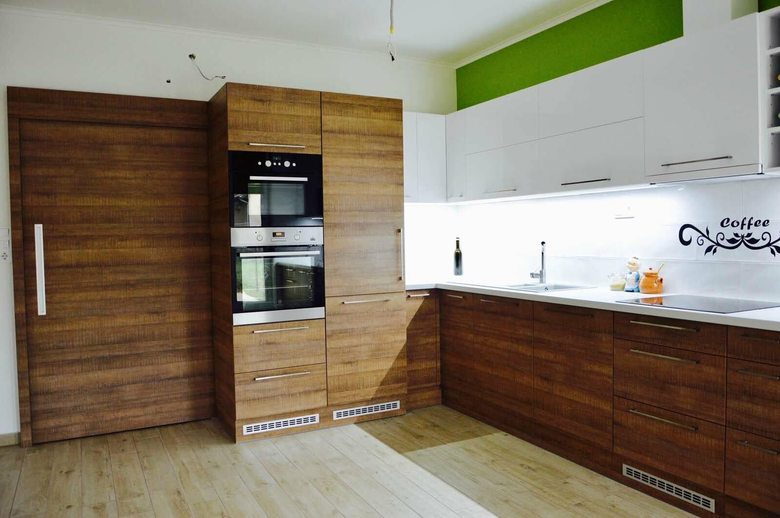 Egyedi konyhabútor készítés magasfényű akril felső elemekkel, fa alsó elemekkel, rejtett LED világítással, beépített konyhai gépekkel
