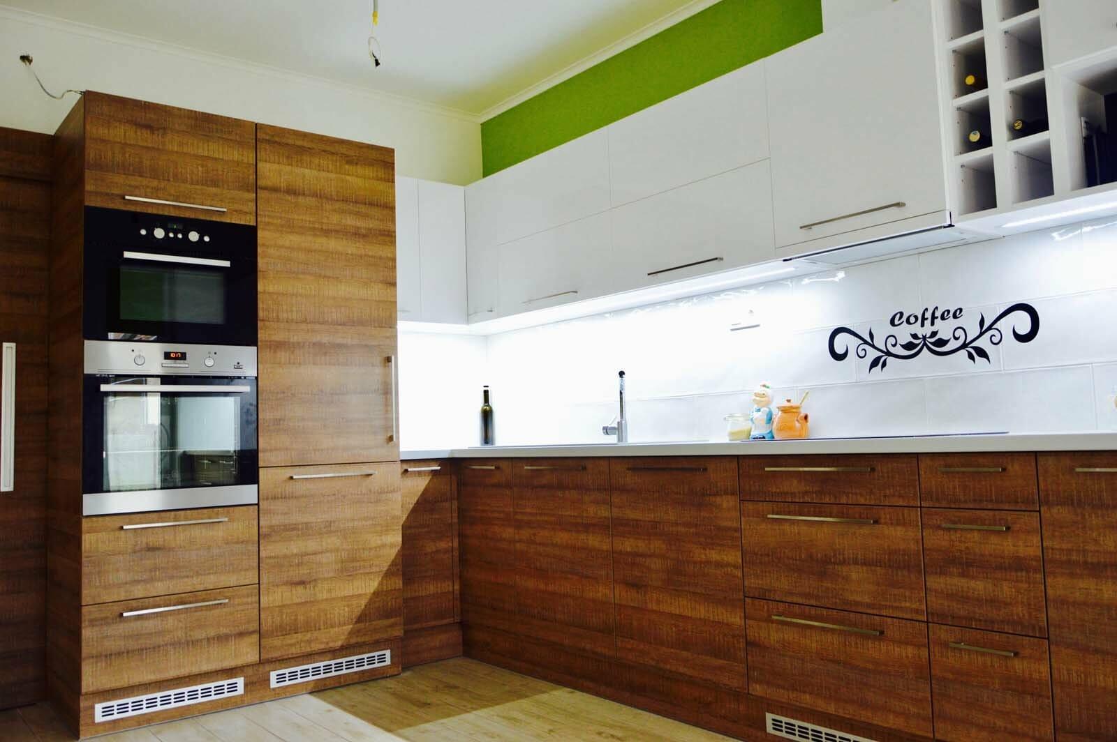 Egyedi konyhabútor készítés magasfényű akril felső elemekkel, fa alsó elemekkel, rejtett LED világítással, beépített sütő, mikró és hűtővel