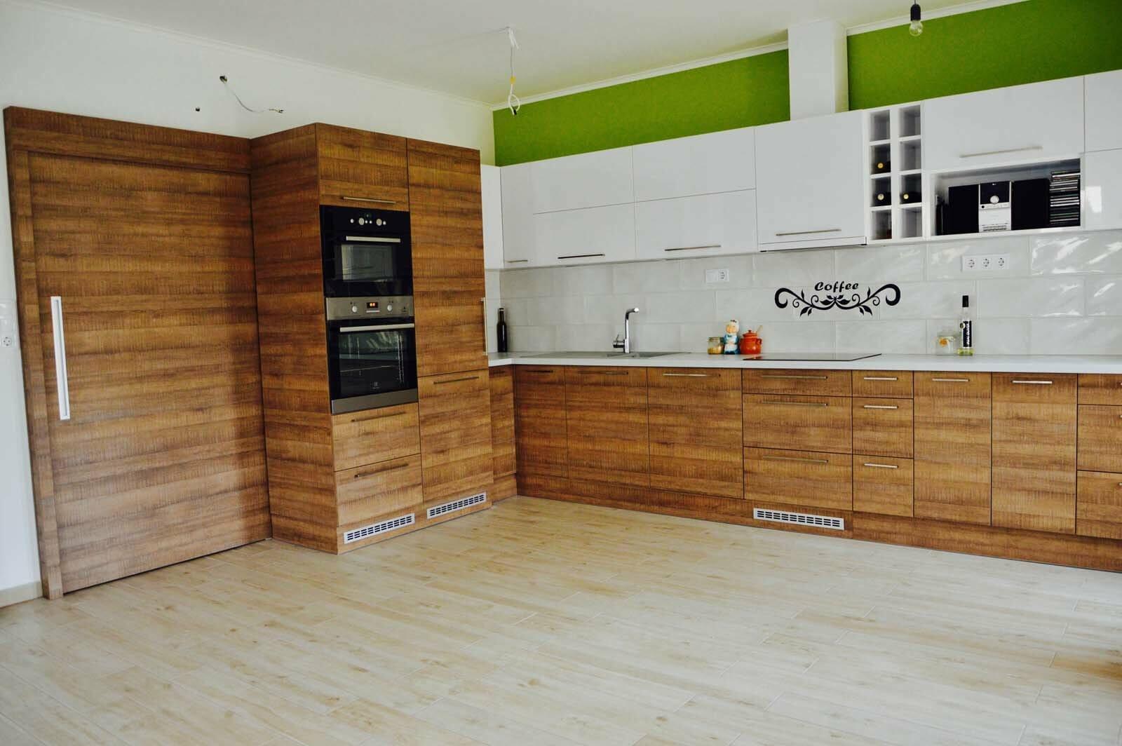 Egyedi konyhabútor készítés magasfényű akril felső elemekkel, fa alsó elemekkel, rejtett LED világítással, beépített tolóajtóval