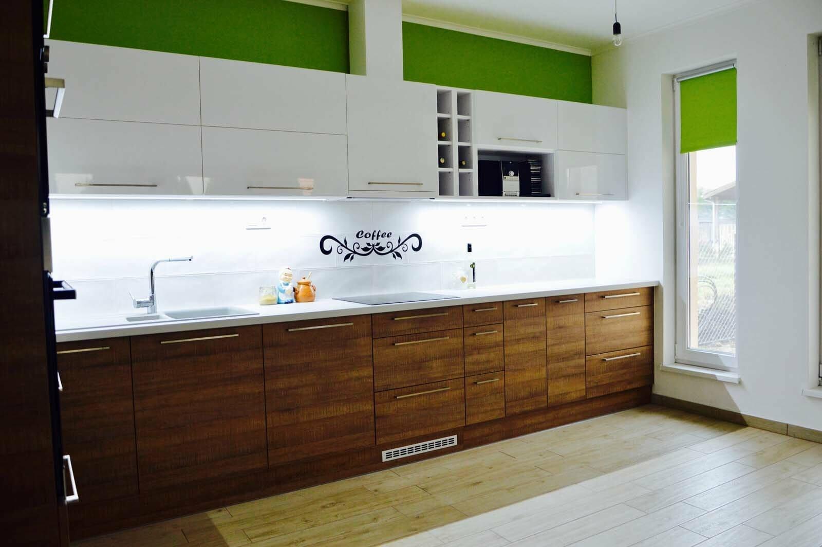 Egyedi konyhabútor készítés magasfényű akril felső elemekkel, fa alsó elemekkel, rejtett LED világítással, blum aventos HF felnyíló vasalattal