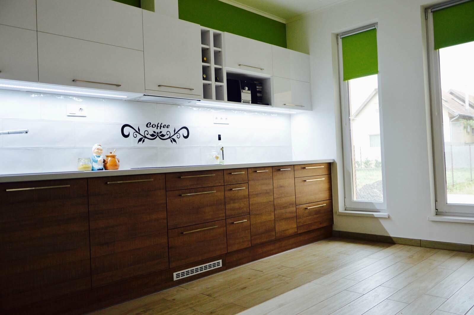 Egyedi konyhabútor készítés magasfenyű akril felső elemekkel, fa alsó elemekkel, rejtett LED világítással, blum tandem fiókokkal