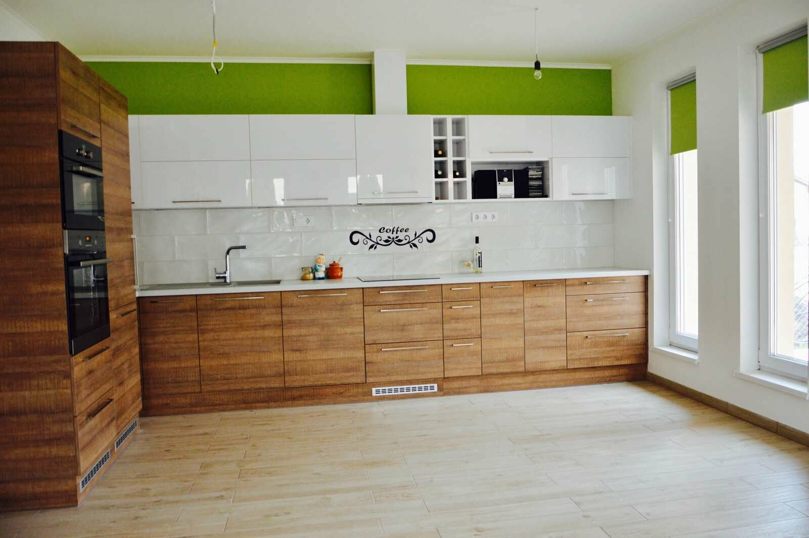 Egyedi konyhabútor készítés magasfényű akril felső elemekkel, fa alsó elemekkel, rejtett LED világítással