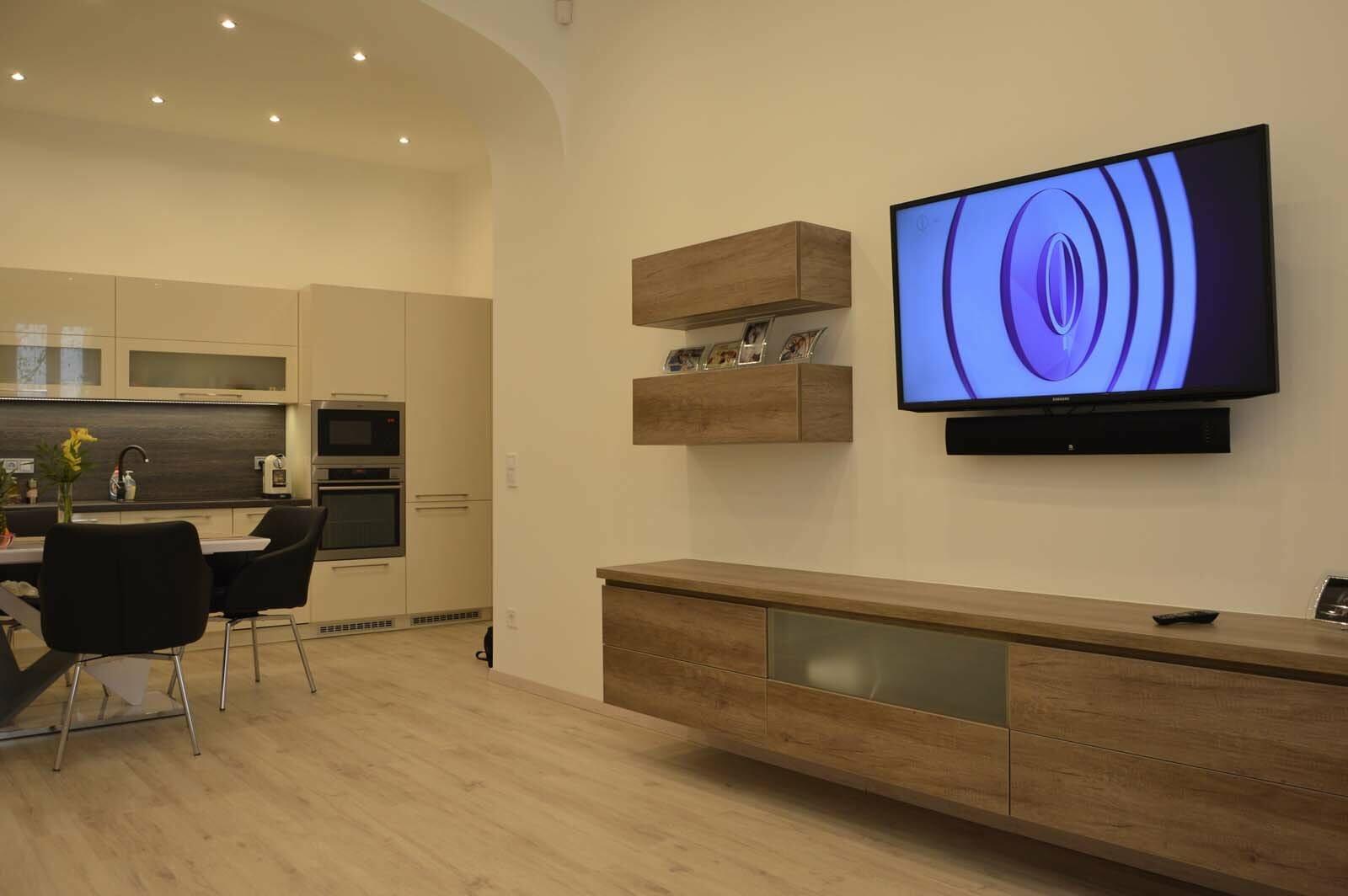 Egyedi nappali bútor késztés lebegő fiókos szekrénnyel üveg előlapos médiarésszel konyhabútorral egy légtérbe amerikai kivitelbe