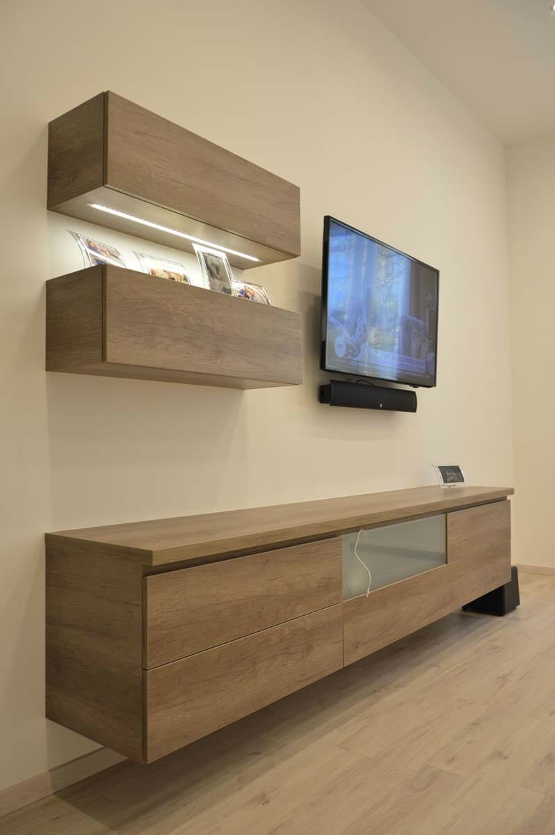 Egyedi nappali bútor készítés lebegő fiókos szekrénnyel üveg előlapos médiarésszel