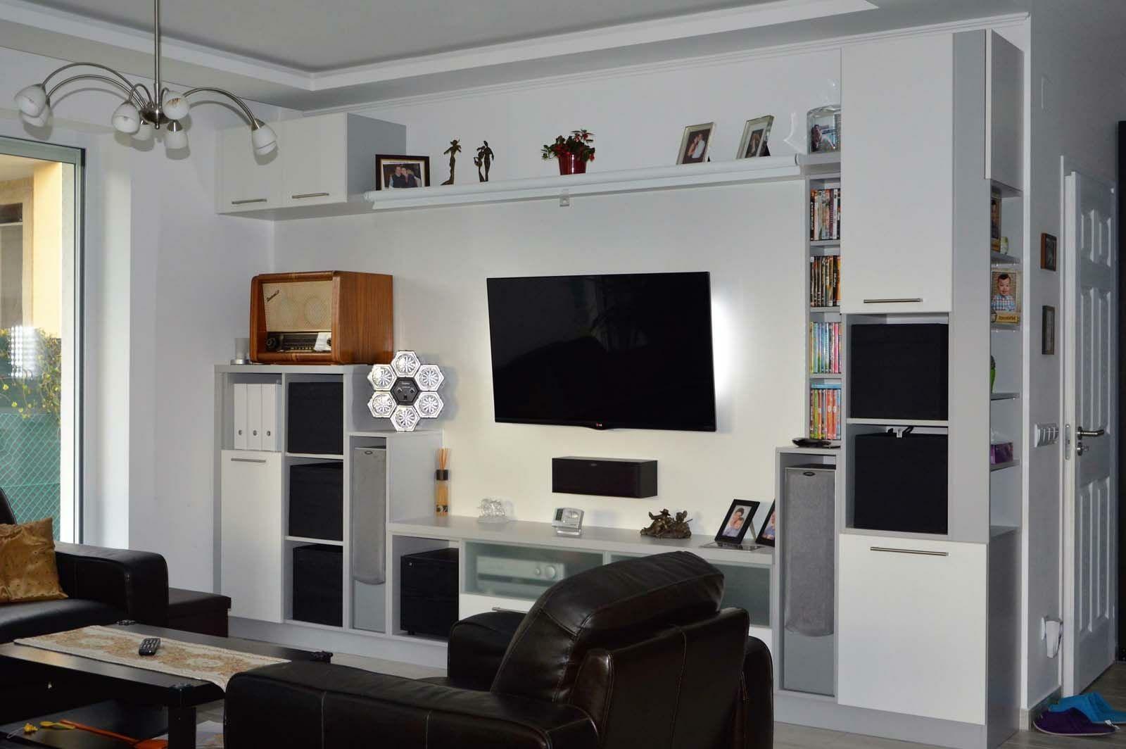 Egyedi nappali bútor készítés nyitott polcokkal, tv tartó konzollal, rejtett LED világítással, modern kivitelben