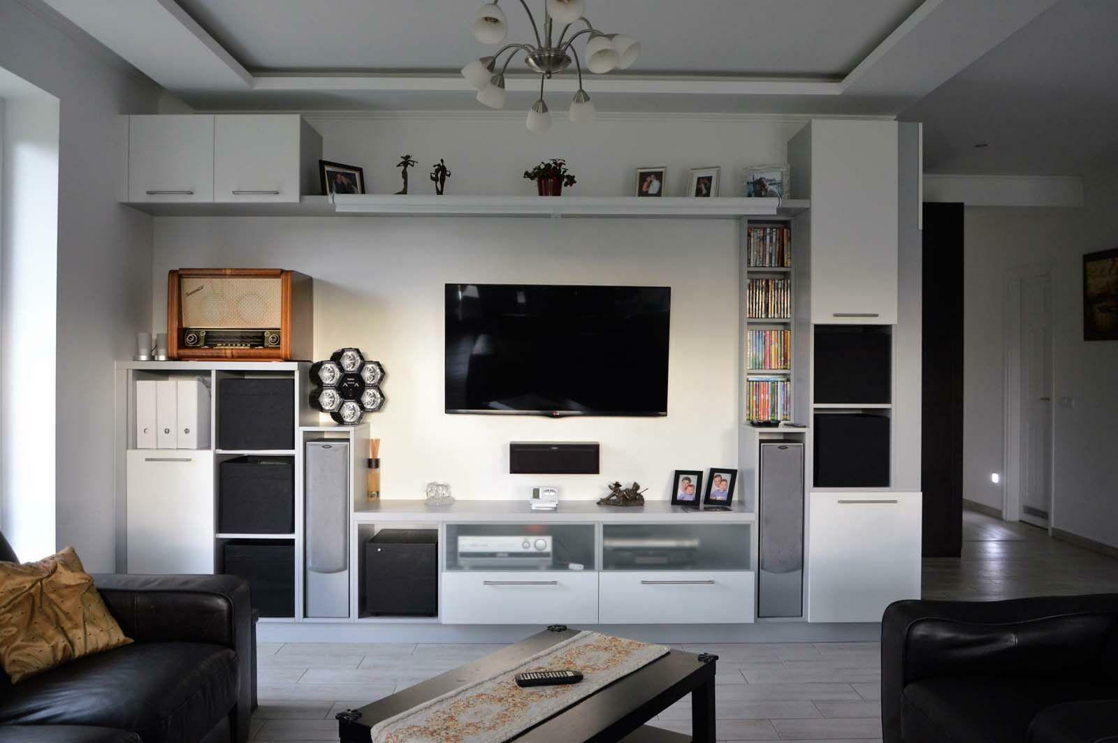 Egyedi nappali bútor készítés nyitott polcokkal, tv tartó konzollal, rejtett LED világítással