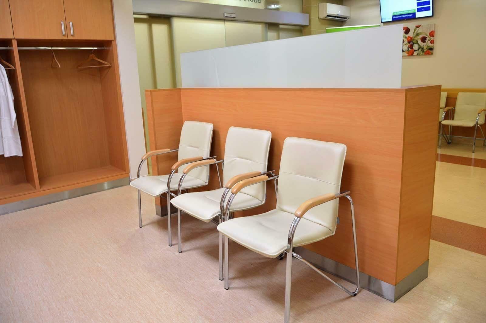 Egyedi várótermi beépített szekrény készítés és térelválasztó bútor gyártás üveg betéttel