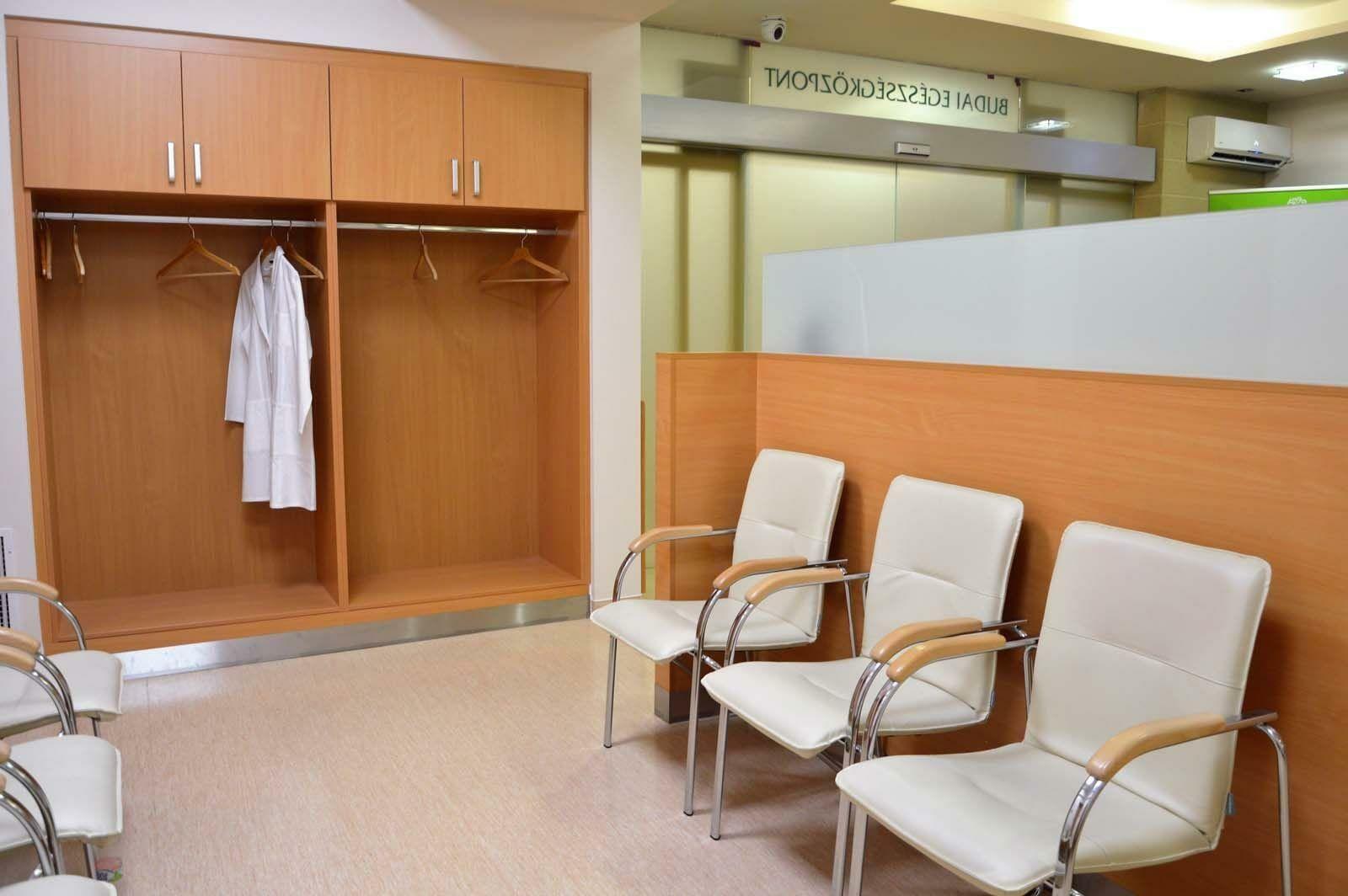 Egyedi várótermi beépített szekrény készítés és térelválasztó bútor gyártás