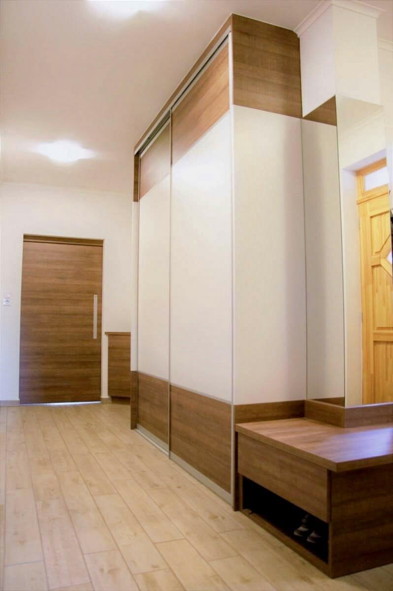 Egyedi előszoba bútor tolóajtós beépített szekrénnyel, nyitott polcos cipősrésszel, fali akasztós elemekkel, tükörrel, színbe megeggyező térelválasztó tolóajtós