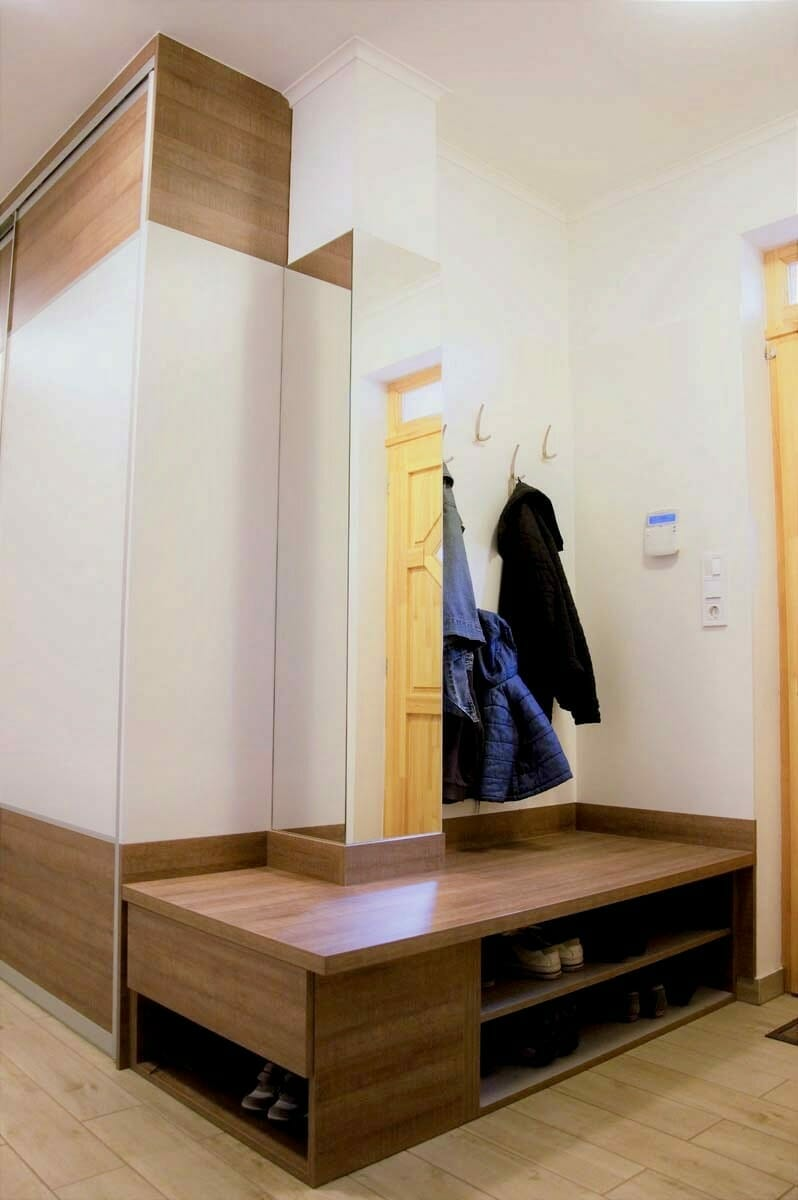 Egyedi előszoba bútor tolóajtós beépített szekrénnyel, nyitott polcos cipősrésszel, fali akasztós elemekkel, tükörrel
