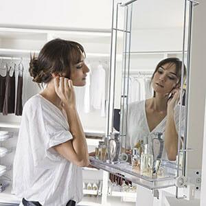 Kifordítható tükör illatszertartóval